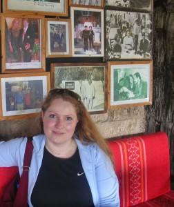 """Libanon 2006 - Byblos, """"památní stěna"""" s fotkami světových prezidentů, (Manželé Havlovi v levém horním rohu)"""