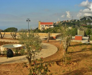 Libanon 2008 - klášterní zahrada (v pozadí vpravo hotel, vlevo moře)