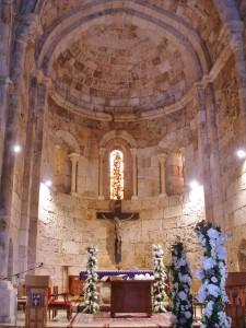 Libanon 2008 - Byblos, vnitřek kostela před archeol. areálem, svatební výzdoba