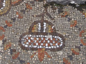 Libanon 2008, mozaika v archeol. areálu lázní nad Bejrútem.  Ufo, nebo otočený květ?